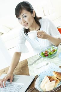 コーヒーカップを持つ女性の写真素材 [FYI04735132]