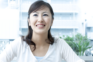 笑顔の女性の写真素材 [FYI04735139]