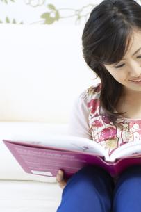 読書をする女性の写真素材 [FYI04735147]