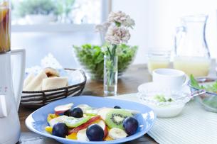 カットフルーツと朝食の写真素材 [FYI04735185]