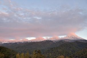 夕陽に赤く染まる知床連山(北海道・知床)の写真素材 [FYI04735195]