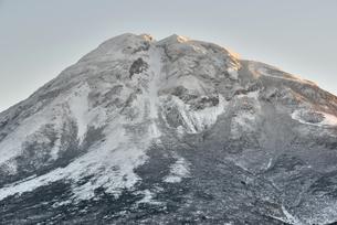 朝陽を浴びる冠雪の羅臼岳(北海道・知床)の写真素材 [FYI04735197]