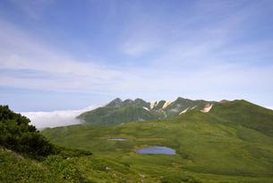 知床連山と二ツ池の全景(北海道・知床)の写真素材 [FYI04735220]