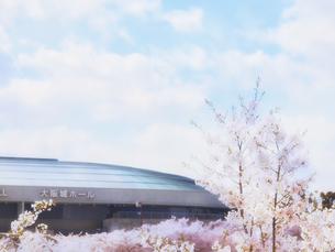 大阪城ホールと桜の写真素材 [FYI04735264]