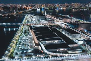 俯瞰で眺める夜の豊洲市場の写真素材 [FYI04735313]