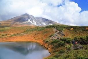 紅葉の旭岳の写真素材 [FYI04735366]