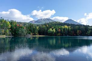 北海道秋の風景 オンネトーの紅葉の写真素材 [FYI04735461]