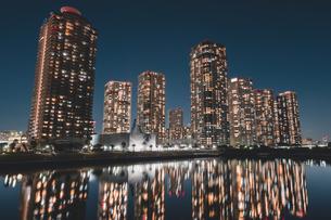 東京湾岸エリアのタワーマンション群の夜景の写真素材 [FYI04735519]