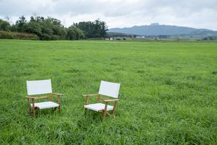 草原と椅子の写真素材 [FYI04735673]