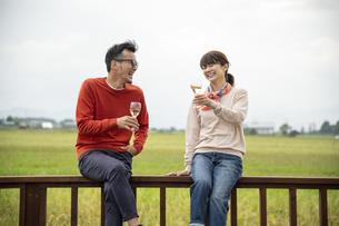 ワインを飲むカップルの写真素材 [FYI04735706]