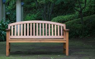 公園の木製のベンチの写真素材 [FYI04736131]