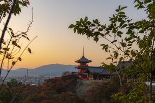 夕焼けに染まる清水寺と五重塔の写真素材 [FYI04736215]