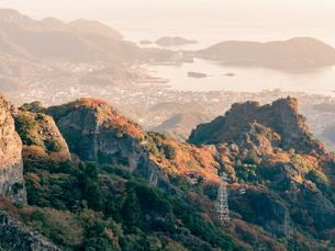 【香川県 小豆島】秋の寒霞渓からみるロープウェイと町並みの様子の写真素材 [FYI04736245]