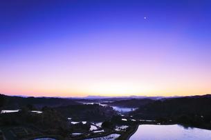 夜明けの星峠の棚田と空に月の写真素材 [FYI04736655]