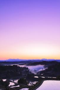 秋の星峠 朝焼け空と棚田に霧の写真素材 [FYI04736657]