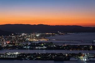 【香川県 高松市】屋島山頂から見る高松市街の様子 夕方の写真素材 [FYI04736688]