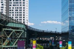 ニューヨーク市 ロングアイランドシティー クイーンズボロープラザの高層ビル群の間を走るニューヨーク市地下鉄。の写真素材 [FYI04736747]