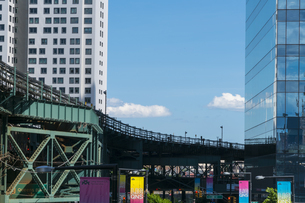 ニューヨーク市 ロングアイランドシティー クイーンズボロープラザの高層ビル群の間を走るニューヨーク市地下鉄。の写真素材 [FYI04736748]