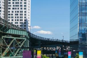ニューヨーク市 ロングアイランドシティー クイーンズボロープラザの高層ビル群の間を走るニューヨーク市地下鉄。の写真素材 [FYI04736757]
