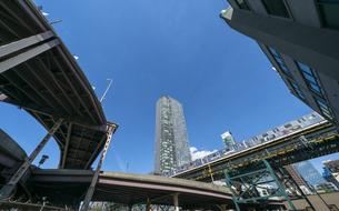ニューヨーク市 ロングアイランドシティー クイーンズボロープラザ周辺の高層ビル群の間を走るニューヨーク市地下鉄高架線とハイウェイー。の写真素材 [FYI04736758]