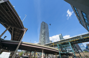ニューヨーク市 ロングアイランドシティー クイーンズボロープラザ周辺の高層ビル群の間を走るニューヨーク市地下鉄高架線とハイウェイー。の写真素材 [FYI04736759]