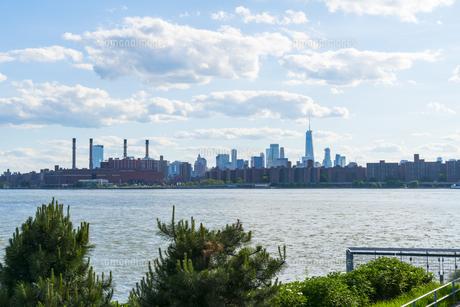 ニューヨーク市 クイーンズ ロングアイランドシティー ガントリープラザ ステイト パークからのロウアーマンハッタン摩天楼。の写真素材 [FYI04736762]