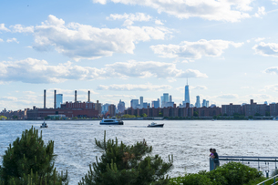 ニューヨーク市 クイーンズ ロングアイランドシティー ガントリープラザ ステイト パークからのロウアーマンハッタン摩天楼。の写真素材 [FYI04736763]
