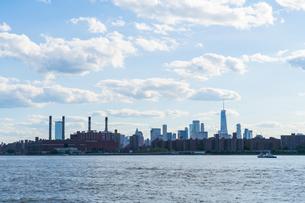 ニューヨーク市 クイーンズ ロングアイランドシティー ガントリープラザ ステイト パークからのロウアーマンハッタン摩天楼。の写真素材 [FYI04736764]