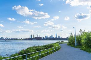 ニューヨーク市 クイーンズ ロングアイランドシティー ガントリープラザ ステイト パークからのロウアーマンハッタン摩天楼。の写真素材 [FYI04736768]