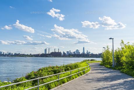 ニューヨーク市 クイーンズ ロングアイランドシティー ガントリープラザ ステイト パークからのロウアーマンハッタン摩天楼。の写真素材 [FYI04736771]