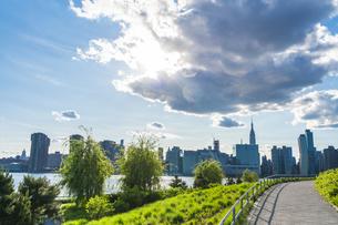 ニューヨーク市 クイーンズ ロングアイランドシティー ガントリープラザ ステイト パークの展望デッキからのミッドタウンマンハッタン摩天楼。の写真素材 [FYI04736773]