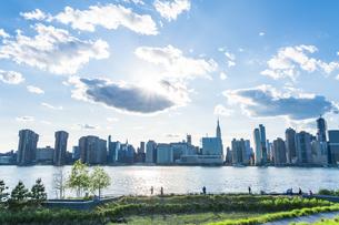 ニューヨーク市 クイーンズ ロングアイランドシティー ガントリープラザ ステイト パークの展望デッキからのミッドタウンマンハッタン摩天楼。の写真素材 [FYI04736777]