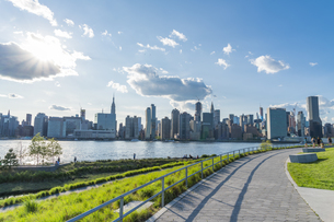 ニューヨーク市 クイーンズ ロングアイランドシティー ガントリープラザ ステイト パークの展望デッキからのミッドタウンマンハッタン摩天楼。の写真素材 [FYI04736778]