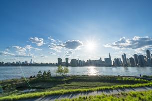 ニューヨーク市 クイーンズ ロングアイランドシティー ガントリープラザ ステイト パークの展望デッキからのミッドタウンマンハッタン摩天楼。の写真素材 [FYI04736779]