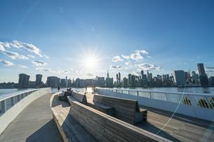 ニューヨーク市 クイーンズ ロングアイランドシティー ガントリープラザ ステイト パークの展望デッキからのミッドタウンマンハッタン摩天楼。の写真素材 [FYI04736780]