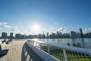 ニューヨーク市 クイーンズ ロングアイランドシティー ガントリープラザ ステイト パークの展望デッキからのミッドタウンマンハッタン摩天楼。の写真素材 [FYI04736783]