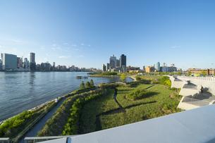 ニューヨーク市 クイーンズ ロングアイランドシティー ガントリープラザ ステイト パークの展望デッキからのミッドタウンマンハッタン摩天楼。の写真素材 [FYI04736784]