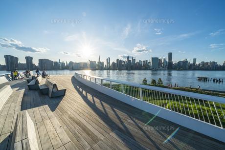 ニューヨーク市 クイーンズ ロングアイランドシティー ガントリープラザ ステイト パークの展望デッキからのミッドタウンマンハッタン摩天楼。の写真素材 [FYI04736786]