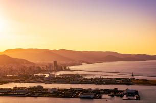 【香川県 高松市】屋島山頂から見る高松市街の様子 夕方の写真素材 [FYI04736913]
