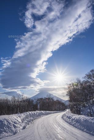 朝の羊蹄山の写真素材 [FYI04736930]