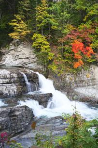 三段滝の紅葉の写真素材 [FYI04737139]