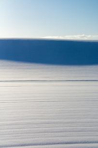 風でできた雪原の影の写真素材 [FYI04737151]