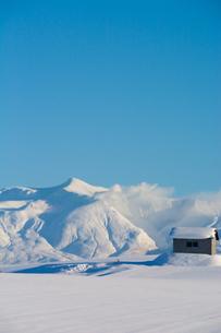 雪原と雪山と青空の写真素材 [FYI04737154]