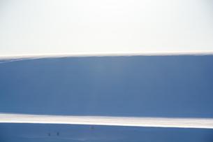 風でできた雪原の影の写真素材 [FYI04737161]
