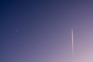 夕空の三日月と飛行機雲の写真素材 [FYI04737168]