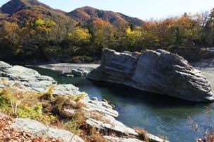 長瀞の岩畳 紅葉の荒川の写真素材 [FYI04737214]