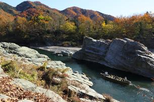 長瀞舟下り 荒川の渓谷を和舟で舟下りの写真素材 [FYI04737218]