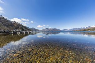 美しい山々に囲まれた中禅寺湖の写真素材 [FYI04737349]