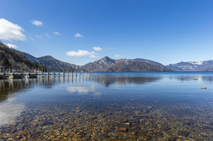 美しい山々に囲まれた中禅寺湖の写真素材 [FYI04737350]