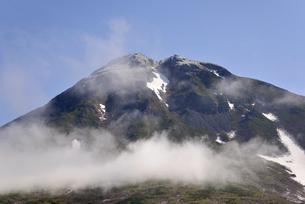 雲が流れる初夏の羅臼岳(北海道・知床)の写真素材 [FYI04737365]